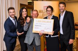 Eric Schrot, Bettina Zimmermann, Uwe Bindernagel, Dr. Bettina Rothärmel und Kai Wiesinger freuen sich mit Millionen Gewinner über Check