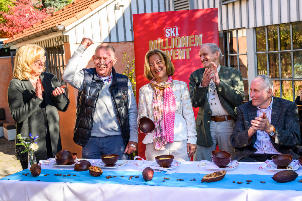 Kandidaten feiern mit Schokoladenkugeln im Halbfinale des SKL-Millionen-Events