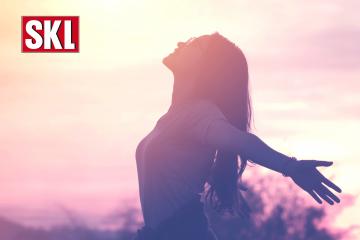 Frau genießt sorglos den Sonnenuntergang. Freude über SKL Euro-Joker Gewinn. Euro-Joker beschert Gewinner mit 120.000 €. 10 Jahre lang SKL-Gewinn
