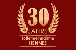 30 Jahre Lotterieeinnahme Henne. Goldene Schrift mit einem Lorbeerkranz.