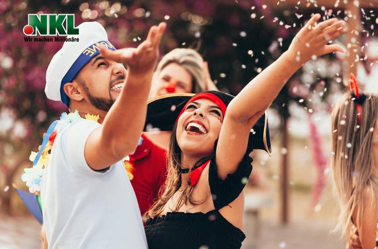 Ein Paar freut sich beim Karneval / Fasching über den Millionengewinn.