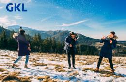Winter Freunde spielen mit Schneebällen im Schne und sind glücklich und freuen sich. Hennes Kunden sind Gewinner.
