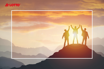 Gruppe von Völkern auf Bergen Top in siegreichen Pose. Führungskonzept. Lotto-Millionäre. Lotto-Gewinner. Lotto