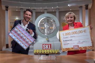 Eric Schroth und Vesna Vekic gratulieren Rupert Hackl zum SKL Gewinn von 1 Million €.