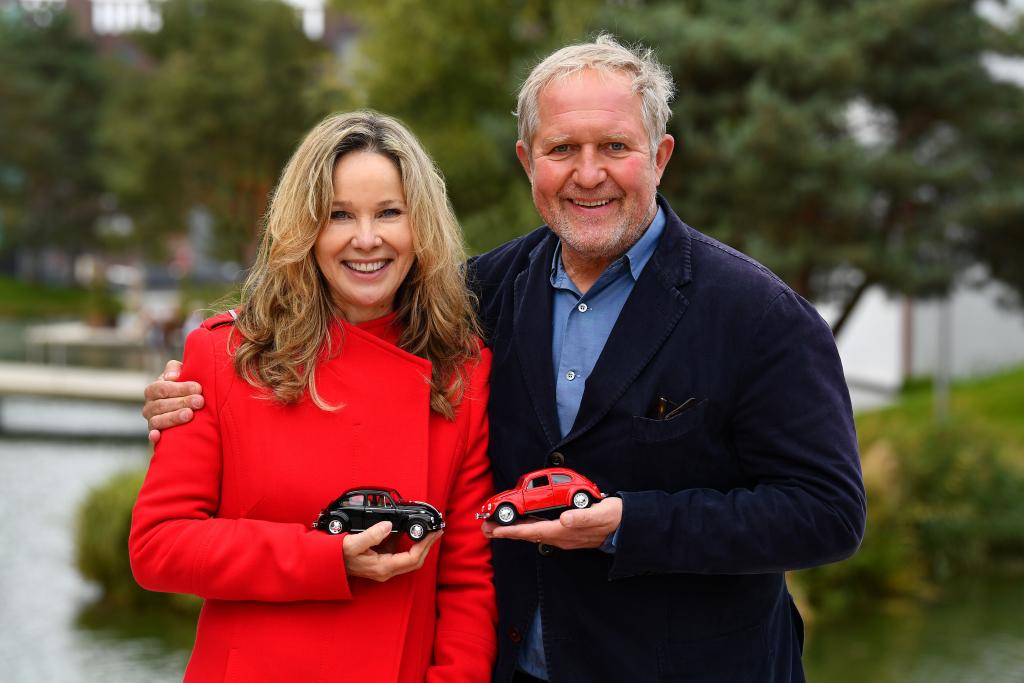 Harald Krassnitzer und Ann-Kathrin Kramer halten jeweils ein Modell eines VW Käfers in der Hand.