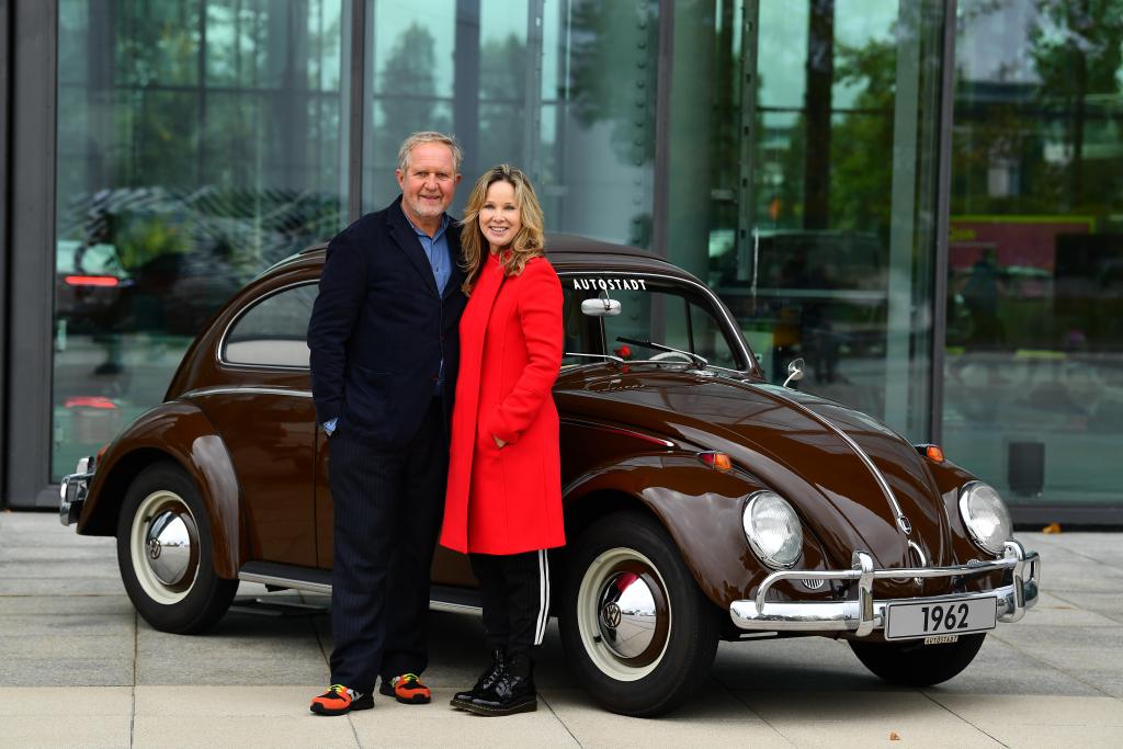 Harald Krassnitzer und Ann-Kathrin Kramer stehen vor einem VW Käfer Baujahr 1962